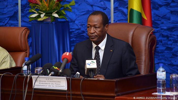 Le président burkinabè Blaise Compaoré, au pouvoir depuis 1987, a vu plus de 70 membres de son parti démissionner dimanche