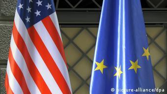 Die US- und die EU-Flagge (Foto: dpa)