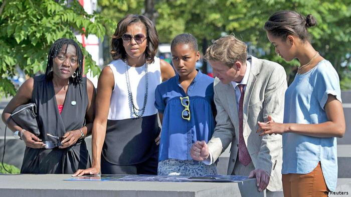 Michelle Obama mit ihren Töchtern am Holocaust-Mahnmal (Foto: reuters)
