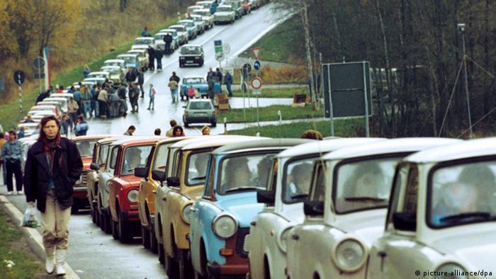 Eine Schlange von DDR-Fahrzeugen vor einem Grenzübergang