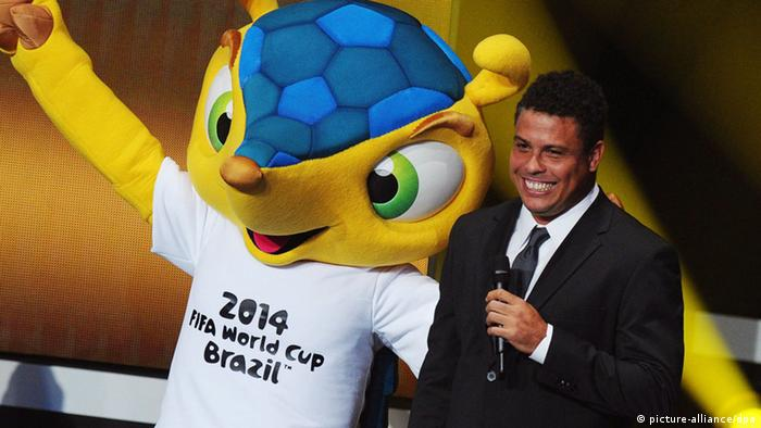 Former Brazilian soccer player Ronaldo (R) poses with Fuleco (L), mascot of the 2014 FIFA World Cup in Brazil, during the FIFA Ballon d'Or Gala 2012 held at the Kongresshaus in Zurich, Switzerland, 07 January 2013. (Photo via EPA/STEFFEN SCHMIDT)