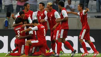 (130617) -- BELO HORIZONTE, June 17, 2013 () -- Tahiti's players celebrate after scoring during the FIFA's Confederations Cup Brazil 2013 match against Nigeria, held at Mineirao Stadium, in Belo Horizonte, Minas Gerais state, Brazil, on June 17, 2013. (/David de la Paz) (itm)
