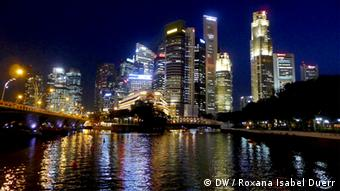 Singapore's skyline by night. Foto: DW / Roxana Isabel Duerr