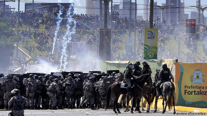 epa03751875 Brazilian riot policemen are shooting with tear-gas grenades above a crowd of protesters, who occupy a bridge on their way to Arena Castelao, in Fortaleza, Brazil, 19 June 2013. The protests against the expensive investments made by the Brazilian government for the FIFA World Cup and the FIFA Confederations Cup started last week in Sao Paulo, where the first demonstrations over bus fares broke out last week, and now spread all over the country. Fortaleza will be one of the host cities for the FIFA World Cup 2014 soccer championship. EPA/ROBERT GHEMENT (ACHTUNG: Wiederholung mit verändertem Bildausschnitt) +++(c) dpa - Bildfunk+++