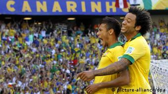 epa03752032 Neymar (L) of Brazil and Marcelo (R)react after scoring against Mexico during the match between Brazil and Mexico at the FIFA Confederations Cup 2013 in Fortaleza, Brazil, 19 June 2013. EPA/ROBERT GHEMENT +++(c) dpa - Bildfunk+++