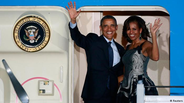 Barack und Michelle Obama steigen in die 'Air Force One' ein (Foto: Reuters)