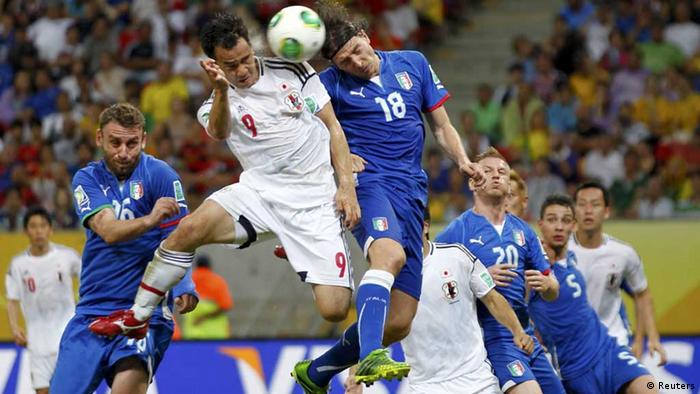 Japan's Shinji Okazaki (top L) fights for the ball with Italy's Riccardo Montolivo (top R) to score a goal during their Confederations Cup Group A soccer match at the Arena Pernambuco in Recife June 19, 2013. REUTERS/Marcos Brindicci (BRAZIL - Tags: SPORT SOCCER) / Eingestellt von wa