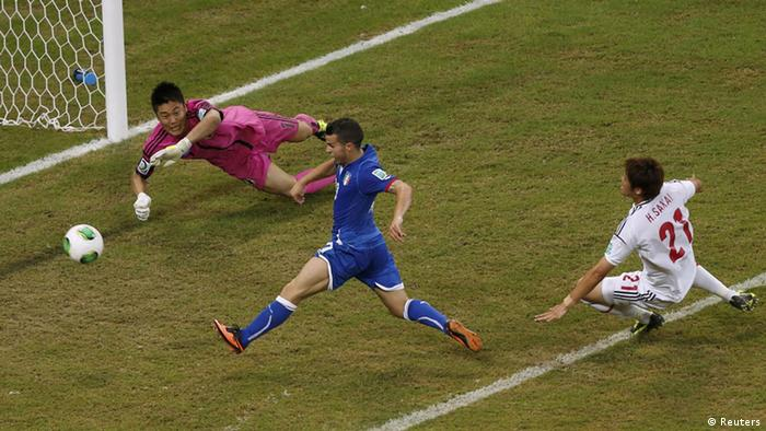 Italy's Sebastian Giovinco (C) scores the winning goal during their Confederations Cup Group A soccer match against Japan at the Arena Pernambuco in Recife June 19, 2013. REUTERS/Ivan Alvarado (BRAZIL - Tags: SPORT SOCCER) / Eingestellt von wa