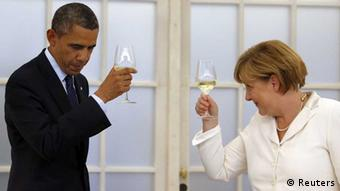 German Chancellor Angela Merkel and U.S. President Barack Obama raise their glasses in a toast (photo: REUTERS/Michael Sohn/Pool)