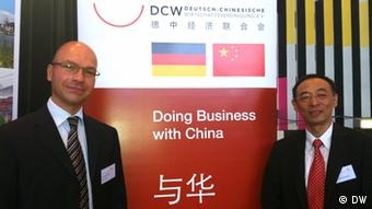 """Das Seminar für chinesische Investoren """"Unternehmensgründung in Deutschland"""" fand am 19. Juni 2013 in Leverkusen statt. Einer der Veranstalter ist die Deutsch-Chinesische Wirtschaftsvereinigung. Auf dem Bild sind die Vorstandsmitglieder Alexander Hoeckle (l) und Wu Yi (r) zu sehen; Copyright: DW"""