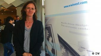 """Das Seminar für chinesische Investoren """"Unternehmensgründung in Deutschland"""" fand am 19. Juni 2013 in Leverkusen statt. Einer der Veranstalter ist die NRW.INVEST. Auf dem Bild ist die Projektmanagerin für China Stephanie Beeres zu sehen; Copyright: DW"""