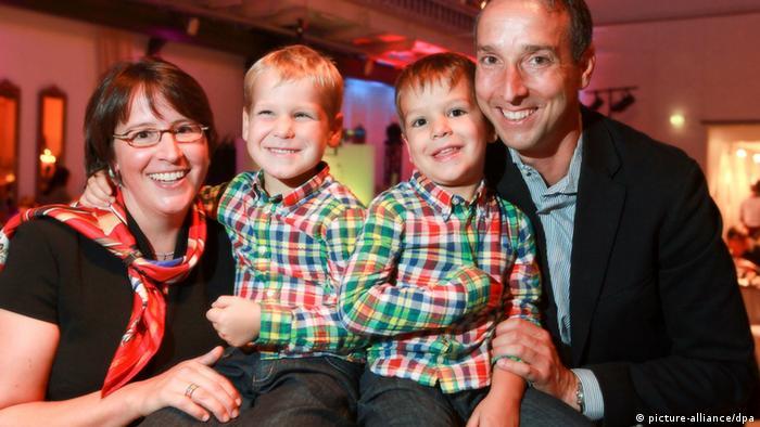 Symbolbild Familenpolitik Familie mit 2 Kindern