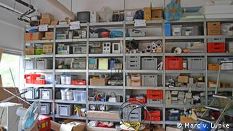 Ein Regal voller Elektronikteile in einem Raum des Hackerspaces Attraktor in Hamburg. Foto: Marc von Lüpke