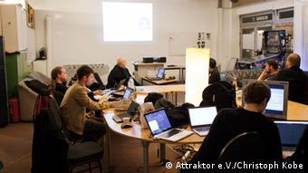 Hackerspace Attraktor File:ElektronikStammtisch14-4703.jpg