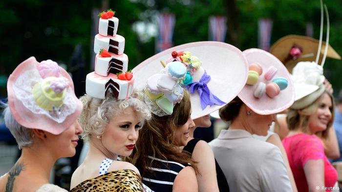 Mehrer schick gekleidete Frauen mit sehr extravaganten Kopfbedeckungen
