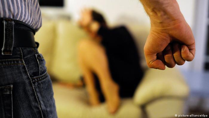 ARCHIV - ILLUSTRATION - Eine Frau versucht sich in Berlin vor der Gewalt eines Mannes zu schützen (Archivbild vom 06.06.2012). Am 20.06.2013 stellt die Weltgesundheitsorganisation (WHO) einen weltweiten Bericht über sexuelle Gewalt gegen Frauen und die gesundheitlichen Folgen vor. Foto: Maurizio Gambarini/dpa +++(c) dpa - Bildfunk+++