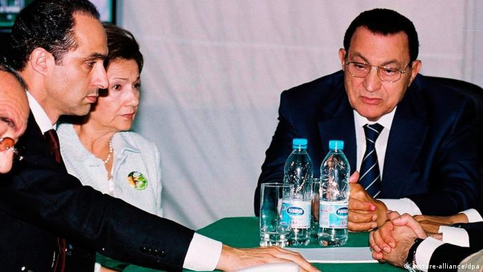 الرئيس المصري الأسبق حسني مبارك مع زوجته سوزان وابنهما الأصغر جمال مبارك (صورة من عام 2005)