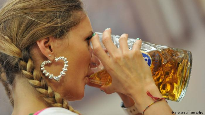 Woman drinking beer at Oktoberfest (Photo: Andreas Gebert/dpa)