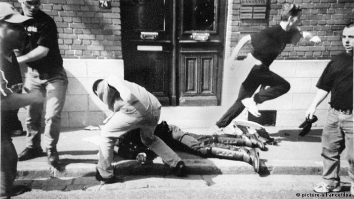 Das von der Staatsanwaltschaft zur Verfügung gestellte Tatort-Foto zeigt den Übergriff auf den bereits am Boden liegenden französischen Gendarmen Daniel Nivel in Lens. (Foto: dpa)