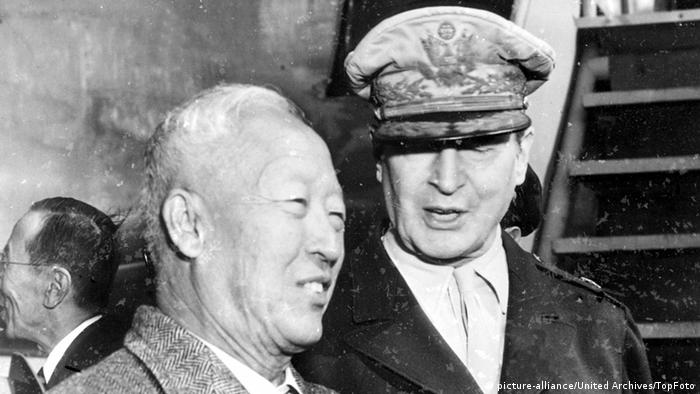 Korea Syngman Rhee und General MacArthur 28.06.21950 (picture-alliance/United Archives/TopFoto)