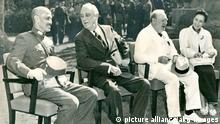 9AA-1943-11-22-A1-5 (991220) Konferenz von Kairo 1943 2. Weltkrieg / Konferenz von Kairo 1. bis 26. November 1943 (Beschluß über die Rückgabe der Mandschurei, Formosas und der Pescadoren durch Japan an China und die Unabhängigkeit Koreas). - V.li.,(sitzend) Tschiang-Kai-schek (China), F.D.Roosevelt (USA), Churchill (GB) und Frau Tschiang. Foto. E: Cairo Conference 1943 Second World War / Cairo Conference 1st - 26th November 1943 (addressed the Allied position against Japan during WWII and made decisions about postwar Asia). - F.l .,(sitting) Chiang Kai-shek (China), F.D.Roosevelt (USA), Churchill (GB) and Mrs Chiang. Photo.