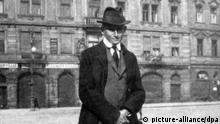 Der Schriftsteller Franz Kafka in der Altstadt von Prag. (Aufnahme um 1920). Franz Kafka wurde am 3. Juli 1883 in Prag geboren und starb am 3. Juni 1924 in Kierling bei Wien. Zu seinen wichtigsten Werken gehören u.a. Die Verwandlung und Das Schloß.