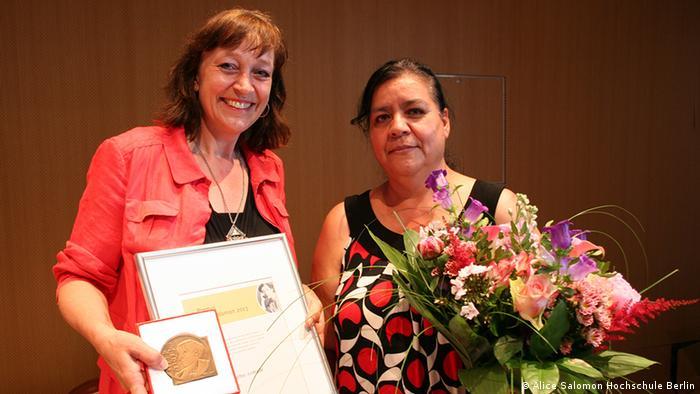 Theda Borde, rectora de la Escuela de Estudios Superiores Alice Salomon, entrega el premio a Norma Andrade.