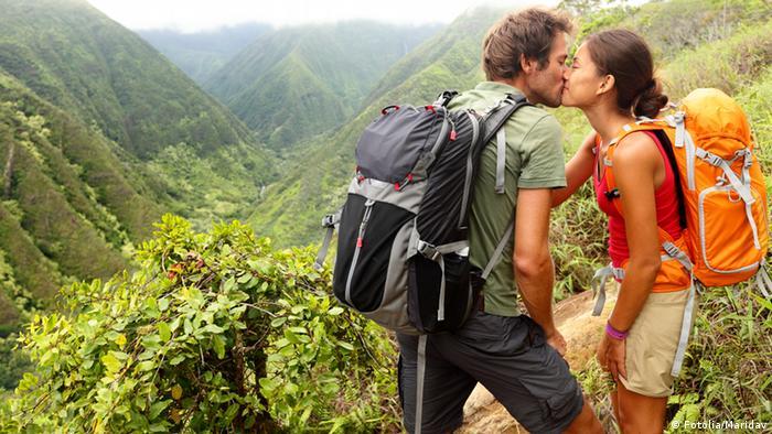 Verliebtes Paar küsst sich
