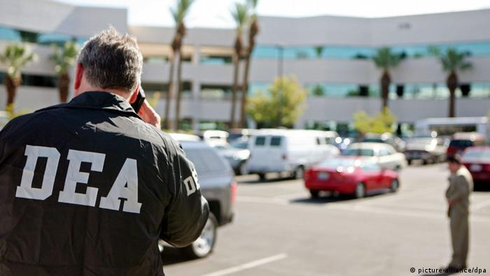 Michael Flanagan, assistant special agent in charge, of the Drug Enforcement Administration (DEA), speaks on a phone outside the office of Dr. Conrad Murray in Las Vegas, Nevada, USA, on 28 July 2009. The DEA, in assisting Los Angeles Police Department with regard to Michael Jackson's death, has issued a search warrant to gather documents and evidence at the doctor's office. Police raided the home of Michael Jackson's personal doctor on 28 July, tightening their focus on the physician who reportedly gave the late superstar sedatives that may have killed him. The raid of the Las Vegas home of Dr Conrad Murray came a day after sources in the investigation told US news media that investigators believe Murray gave Jackson a dose of the hospital anesthetic propofol hours before Jackson died of cardiac arrest. Celebrity website TMZ.com, which is known for its excellent police sources in Los Angeles, reported that Murray told investigators he gave Jackson propofol, and that authorities believe he simply wasn't paying attention when Jackson's heart stopped. EPA/RONDA CHURCHILL +++(c) dpa - Bildfunk+++