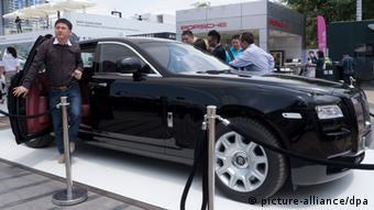 ARCHIV - Besucher drängen sich um einen Rolls Royce auf einer Luxus Lifestyle Schau für Chinas Superreiche in Sanya, Hainan, China, am 01.04.2011. Fast die Hälfte der reichen Chinesen erwägt die Auswanderung. Rund 14 Prozent besitzen schon die Staatsbürgerschaft eines anderen Landes oder stecken im Antragsverfahren, ergab eine Umfrage des Hurun Instituts in Shanghai, das jedes Jahr die Liste der reichsten Chinesen herausgibt. EPA/ADRIAN BRADSHAW +++(c) dpa - Bildfunk+++
