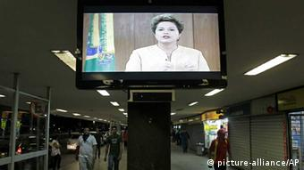 A message by Brazil's President Dilma Rousseff is broadcast live at the bus station in Brasilia Photo: picture alliance/AP