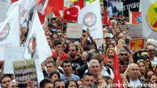 Zahlreiche Teilnehmer protestieren am 22.06.2013 in Köln (Nordrhein-Westfalen) mit Plakaten und Fahnen gegen Übergriffe auf Demonstranten in der Türkei. Die Kundgebung wurde von der Alevitischen Gemeinde Deutschland organisiert. Foto: Henning Kaiser/dpa