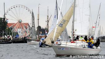 Парусные лодки у набережной города Киля