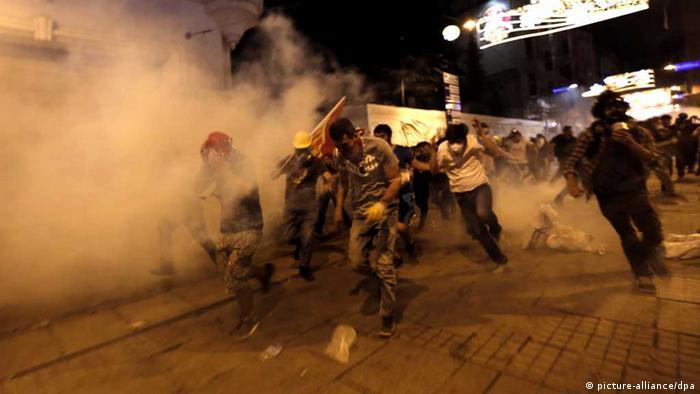 Demonstranten auf dem Istanbuler Taksim-Platz versuchen den Tränengaswolken der Polizei zu entkommen (Foto: epa)