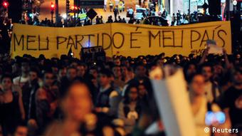 Demonstrierende mit Pampheleten in einer Straße in Sao Paulo. (Foto: REUTERS)