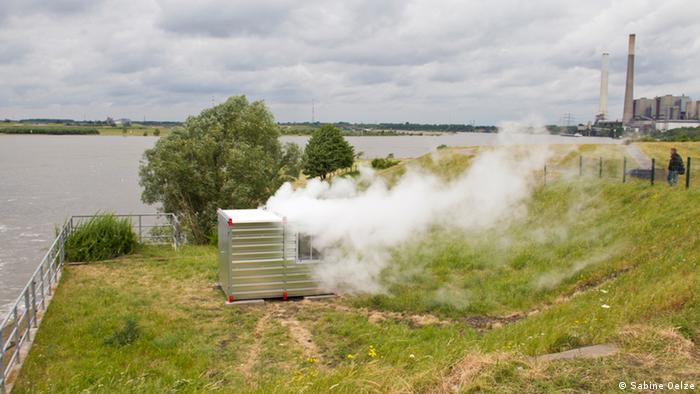 Rauch dringt aus einem Container