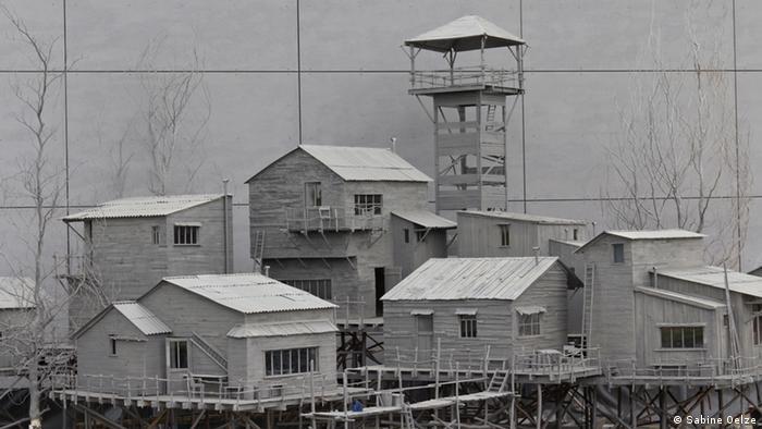 Graue kleine Holzhäuser