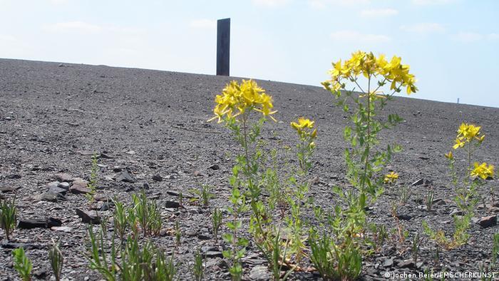 Stahlskulptur auf einer Bergkuppe