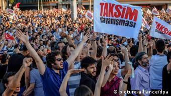 Turks protest against the planned redevelopment of Taksim Square (picture-alliance/dpa)