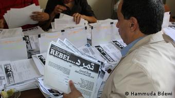 Ein Tamarud-Aktivist zählt Unterschriften (Foto: Hammuda Bdewi)
