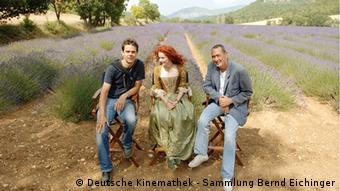 Director Tom Tykwer and producer Bernd Eichinger received the movie rights; here, they are sitting with an actress in costume in front of a lavender field
