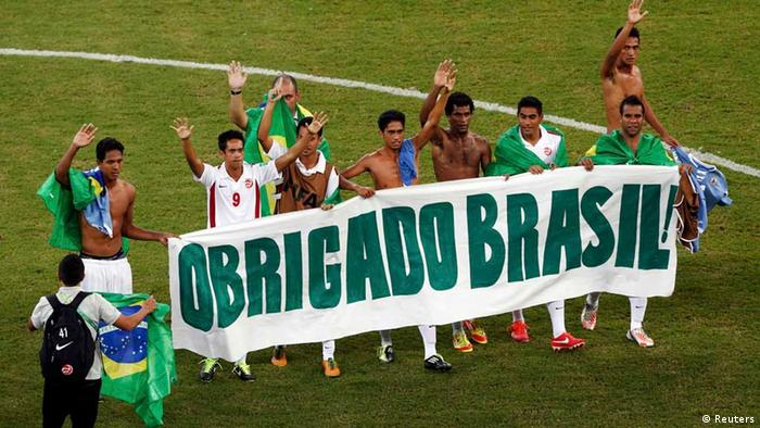 Tahiti players hold a banner which reads Thank you Brazil as they wave to the crowd after their Confederations Cup Group B soccer match against Uruguay at the Arena Pernambuco in Recife June 23, 2013. REUTERS/Marcos Brindicci