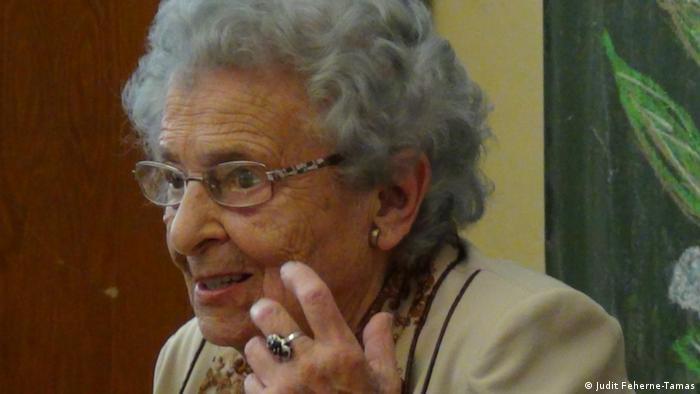 Ilona Tamas aus der Slowakei, 100-jährig, die wegen ihrer doppelten Staatsbürgerschaft aus der Slowakei ausgebürgert wurde: Im Porträt, an ihrem 100. Geburstag und mit ihren Enkeln; Copyright: Judit Feherne-Tamas