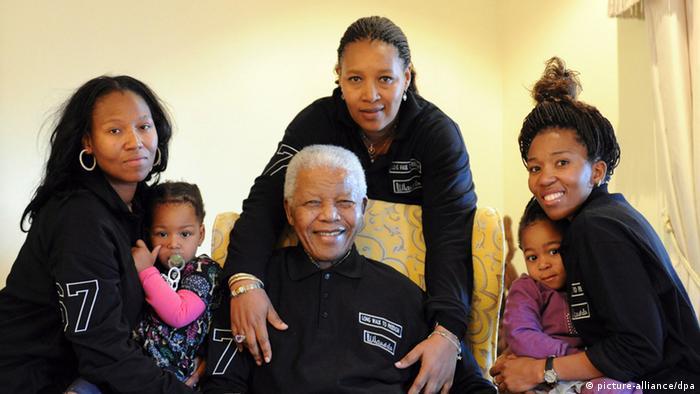 Нельсон Мандела в окружении внучек и правнучек