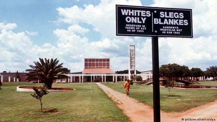 Установленная на дороге к банку табличка только для белых
