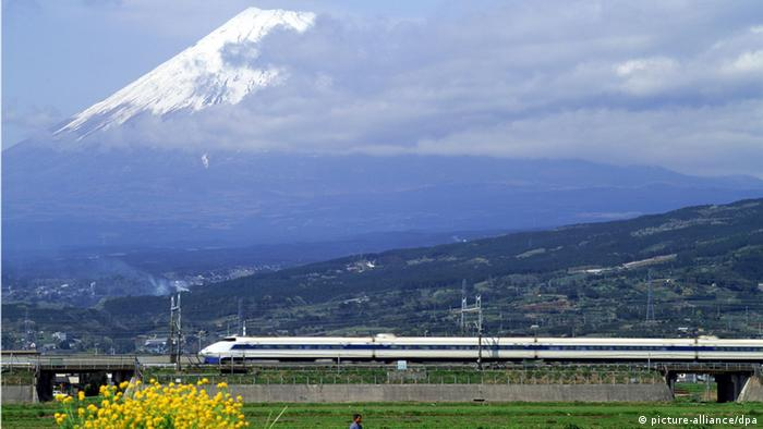 A Japanese bullest train and Mount Fuji in the background. (Photo: picture-alliance/dpa)