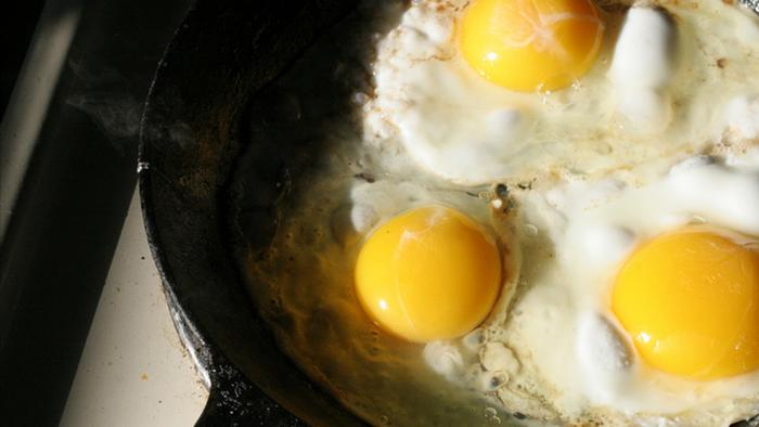 Sunny side up eggs in a frying pan. (Photo: DW Projekt Zukunft Spiegelei)