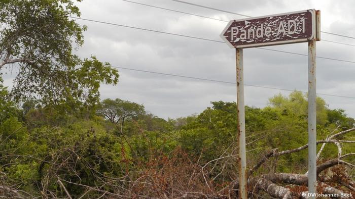 Seta a indicar a estrada que dá acesso a Pande, região onde a Sasol explora gás