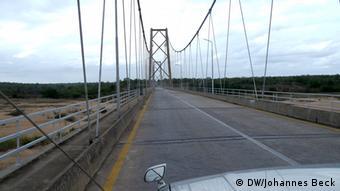 Titel: Brücke über den Save-Fluss Schlagworte: Save, Fluss, Rio Save Ort: Vila Franca do Save, Provinz Inhambane, Mosambik Fotograf: Johannes Beck / DW Datum: 09.11.2012 Beschreibung: Die Brücke über den Save-Fluss verbindet die südmosambikanische Provinz Inhambane mit der mittelmosambikanischen Provinz Sofala. Die Nationalstraße EN 1, die über diese Brücke den Fluss quert, ist an dieser Stelle die einzige Nord-Süd-Straßenverbindung in Mosambik. Daher war die Region nördlich des Rio Save während des 1992 zu Ende gegangenen Bürgerkriegs ein beliebtes Ziel für Straßenüberfälle der RENAMO-Rebellen. Im Juni 2013 hat die RENAMO aus Protest gegen die Regierungspolitik erneut die Nationalstraße EN 1 gesperrt. Der Verkehr kam teilweise zum Erliegen oder wurde nur noch mit Militärkonvois durchgeführt.