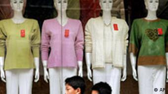 China Textilstreit Junge Chinesen gehen an Schaufenster mit Damentextilien vorbei EU-Handelsdelegation in China